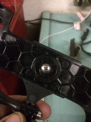 Vuelva a instalar el tornillo y la tuerca a la unidad del adaptador err iPhone 4 GoPro y conector frontal para el iPhone 5 clip de cinturón caseclamp.
