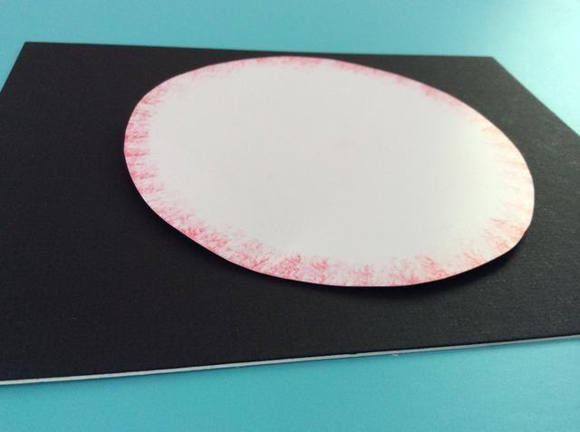 Pegue el círculo más grande en la parte superior del tablero de la espuma. Asegúrese de que esté centrado sobre el cuadrado de espuma pequeño, o el muñeco de nieve puede doblar de un lado.