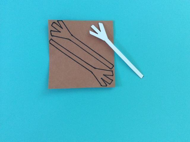 Dibuja un palo como el brazo en una cartulina blanca, y trazar esto dos veces en papel marrón.