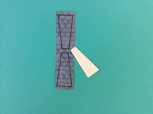 Dibujar una forma bufanda en cartulina blanca, y traza en el papel con dibujos.