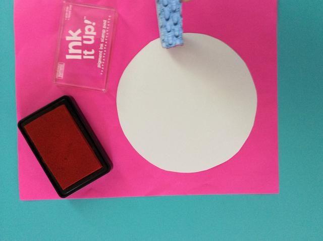 Pulse una esponja en la almohadilla de sello de goma, y el sello de la orilla de la grande, placa de círculo cartel blanco.