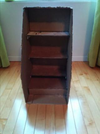 Pegue el 5.5cm estante inferior de la base de la caja, a continuación, agregar un trozo de cartón entre el estante inferior y la base.