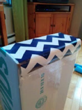 Cortar una gran 155cm x 25cm hoja de papel de envolver. Usando cinta adhesiva, cinta adhesiva el extremo del papel de envolver a la parte posterior de la caja.