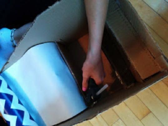 El uso de la pistola de pegamento caliente, continuar pegando el papel de regalo a la unidad de la estantería.