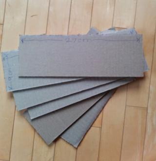 Utilizando las previamente reservadas solapas de la caja, corte de seis (6) 9cm x 27cm idénticos inserciones y dos (2) 17.5cm x 27cm idéntica insertos.