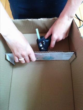Pegue la primera 13cm plataforma desde la parte superior de la caja. Utilice pegamento caliente directamente en la caja, así como en los pliegues de 1 cm. Pegue la siguiente 13cm plataforma hacia abajo desde la primera. Repita para el tercer estante.