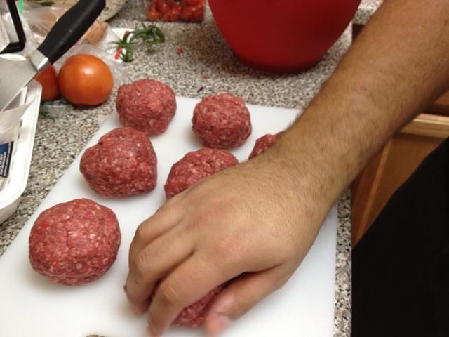 Comience a la parrilla las hamburguesas en la estufa una vez que la parrilla esté caliente, que lo que se obtiene esas marcas impresionantes de la parrilla! Cocine hasta que parece hecho, 5-8 minutos por cada lado dependiendo de lo bien hecho que usted desea.