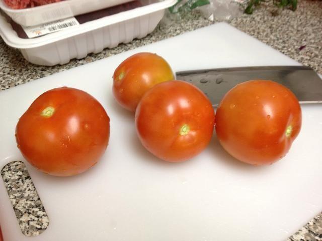 Corte sus acolchados, es decir. tomates, pimientos, jalapeños, cebolla ...