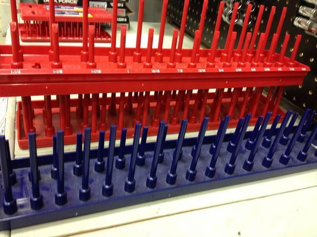 Los mecánicos que tienen una gran cantidad de herramientas necesitan algunos organizadores para mantener todo en el lugar correcto. Nuestros organizadores están codificados por color al igual que las tomas de corriente, que le ahorra tiempo en la búsqueda de un socket.