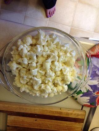 Desmontar la coliflor a mano en trozos pequeños. Añadir un poco de agua. Cocine en el microondas durante unos pocos minutos. Don't cook fully. And don't forget it in the microwave! Have done this twice!