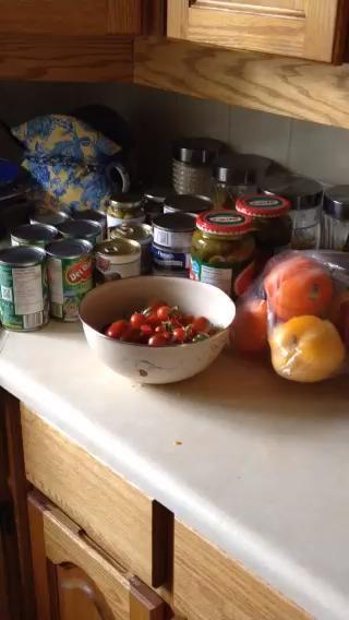 Consiga sus ingredientes juntos listo para ir. El cuenco es pimientos de mi jardín.