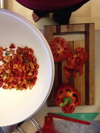 Comience choppin'! Chop the peppers by hand.