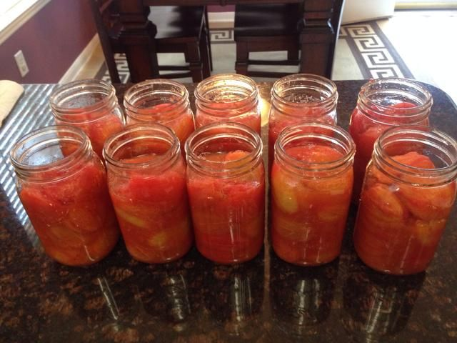 Estos están llenos suficiente. Añadir cualquiera de los jugos de tomate del tazón de fuente para llenar los vacíos. Si tiene bolsas de aire en los frascos, se adhieren una cuchara de plástico limpia abajo en tarro para ayudar a liberar el aire.