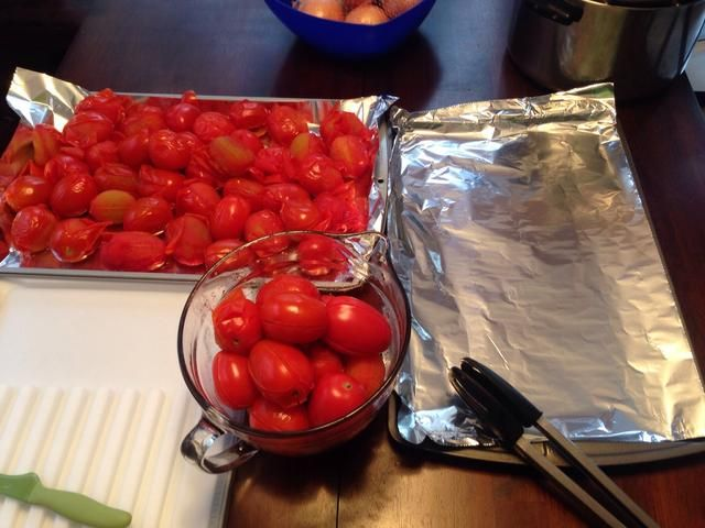 En bandejas planas limpias, extender los tomates cocidos para enfriar.