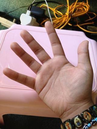 Estire su mano derecha. Haga lo mismo con la mano izquierda (puede't show my left hand because I'm taking the pictures).
