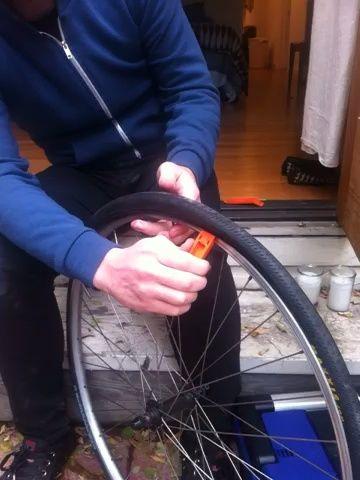 ejecutar una palanca de neumáticos a lo largo del interior de la llanta para que salga un lado de la llanta