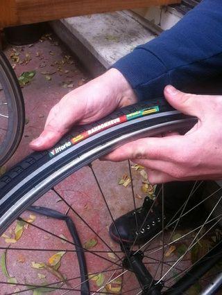 alinear el logotipo en el neumático con el agujero