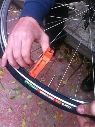 neumáticos en algún momento puede ser difícil. Yo uso una palanca de neumáticos para que aparezca en el último bit.