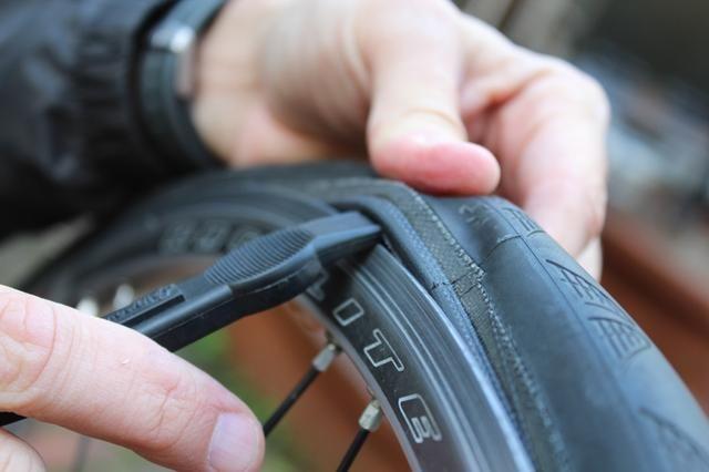 Inserte la segunda palanca en el mismo espacio y trabajar alrededor de la rueda para separar completamente un lado (y sólo uno de los lados) del neumático de la llanta.
