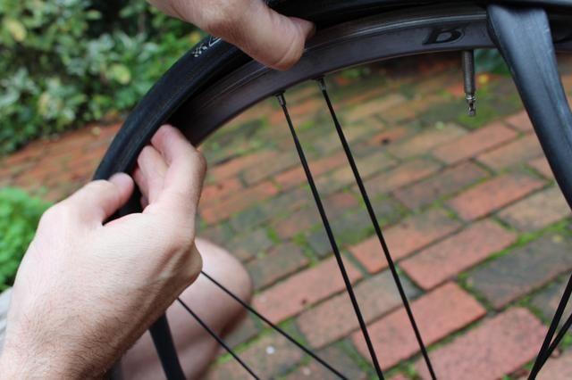 Con los dedos, comience a presionar la rueda trasera bajo el borde teniendo cuidado de evitar pellizcar el nuevo tubo entre la rueda's rim and the tire. (The newer the tire, the harder this is.)