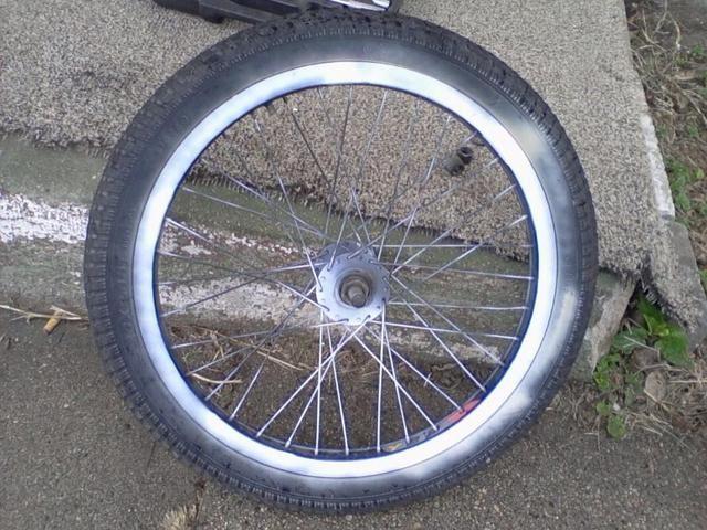 Ahora usted termine de tomar fuera de las arandelas y tuercas ahora sois capaces de sacar el neumático de la bici de ambos lados de las horquillas.