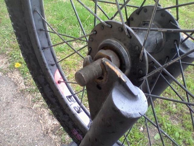 Ahora tiene el neumático de la bici fuera y ahora usted trae en la rueda de repuesto y la pondrán en los dos lados de la horquilla de modo que los tallos de su equipo.