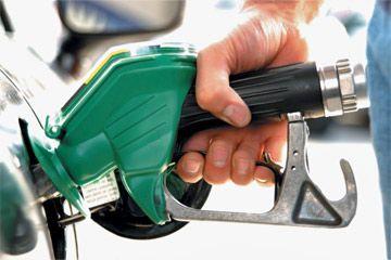persona que llena el tanque de gasolina