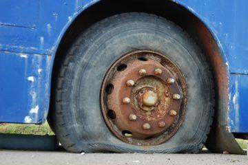 Todos los conductores deben ser capaces de cambiar una rueda pinchada.