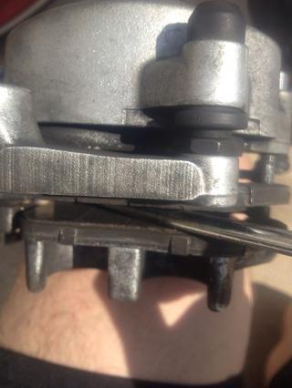Utilice el destornillador para abrir los dos pistones de los cilindros interiores. Los dos pistones de los cilindros cerca de apretar las pastillas, ya que se desgastan.