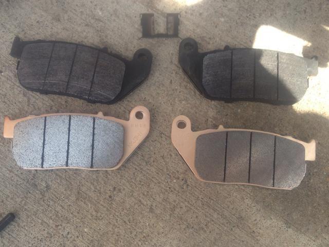 Quite las viejas almohadillas y clip de cojín trasero. Instale el nuevo clip de la almohadilla en la pinza. (Imagen en la siguiente)