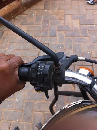 Mantenga la palanca del embrague para ayudarle a obtener un mayor acceso a la tuerca de seguridad en la caja de cambios