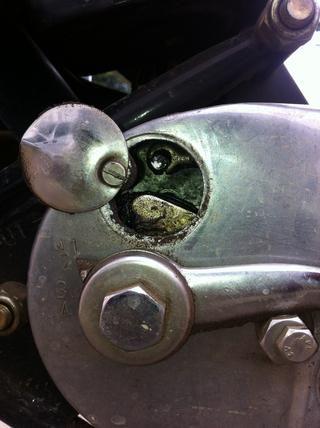 Eso asa gancho del cable del embrague se trasladará de nuevo a medida que aflojar el tornillo en el proceso anterior.