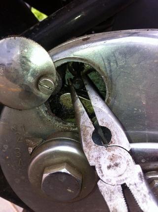 Use un alicate de nariz y tirar del cable del mango de gancho