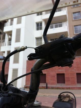 Guiar el cable a través de las ranuras