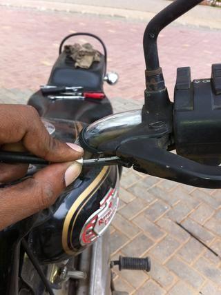 Mantenga los asientos y guiar el cable a través de las ranuras