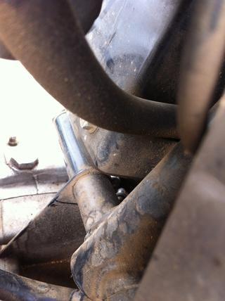 Al pasar el cable por el agujero podría ser un poco difícil de entender desde esta foto