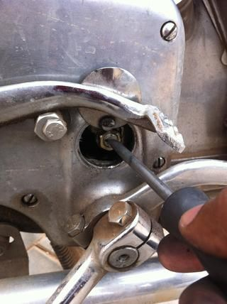 Ahora apriete la manija de gancho para la tensión del cable según se logra su elección