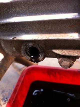 Este es el perno de drenaje de sumidero, en los motores de correos 70, esto es en la parte inferior del motor situado en la parte posterior.