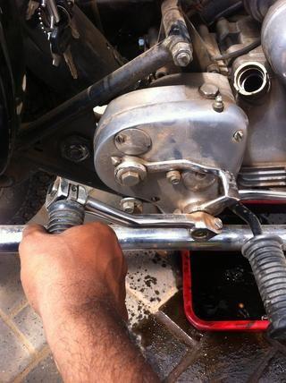 Y bombear la palanca de puntapié inicial para obtener la mayor cantidad de aceite viejo a cabo como puedas