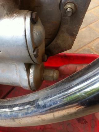Retire la tuerca de la tapa del filtro de aceite
