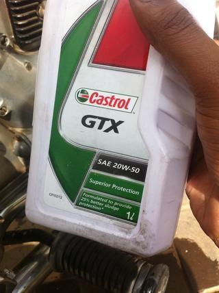 Utilice cualquier marca de aceite SAE 20W50 aproximadamente 1.5 Litros