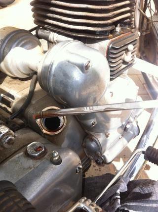 Quitar y revisar el nivel de aceite, rellenar si es necesario. Usted debe ser dentro de la marca HI ~ DC, en algunas motocicletas nuevas hay un patrón estriado de la varilla. Level no debe exceder de patrón.