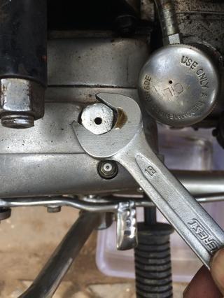 Usted puede elegir para abrirlo con la llave inglesa de 18 mm también, pero tenga cuidado de no estropear el engrasador cercana