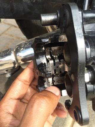 Alinear el muelle plano posterior (tenga en cuenta la forma en que va en - el pequeño gancho que mantiene el resorte plano es hacia los pistones)