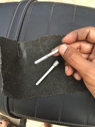 Limpie las clavijas de retención con una suave al papel de lija medio