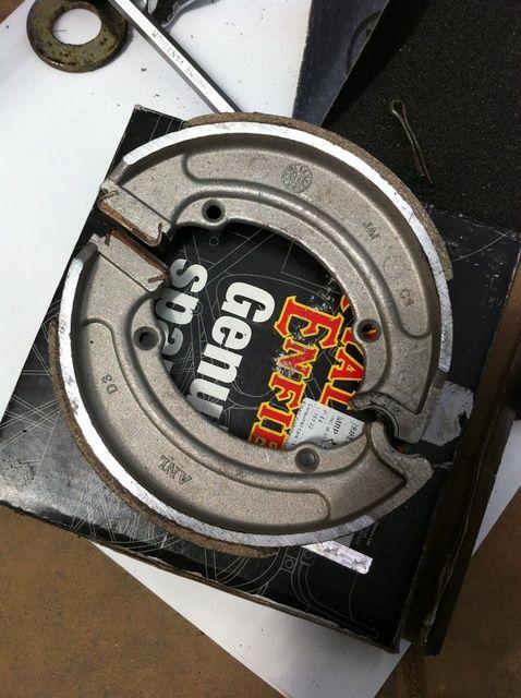 Fotografía - Cómo cambiar los zapatos de freno trasero en el Royal Enfield Std 350