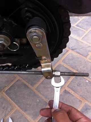 Ahora puede retirar la varilla del freno con una llave de 13 mm