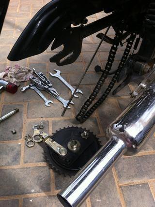 Ahora usted debería ser capaz de quitar el piñón de la cadena por empujando cuidadosamente hacia adelante y desenganchar la cadena de la rueda dentada