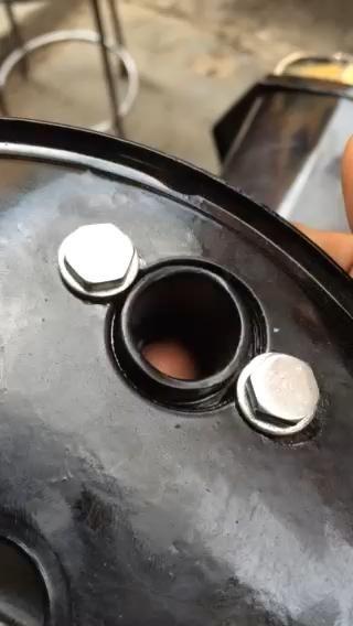 Asegúrese de que el expansor de pivote zapata de freno tiene este movimiento en la ranura para la auto centrado