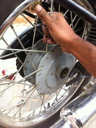 Tire de la rueda trasera a cabo con las dos manos. (Ver en la imagen de la zarza escalonada es todavía en su lugar. Retire que, antes de la rueda de manejo y la guardan junto con el gran separador en la barra de eje)